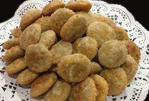 Productos que ofrecemos / Alitas de pollo a la parrilla bañadas en salsa bbq. Bandeja de Charcutería. Bolsitas de carne y chorizo elaboradas con láminas de masa de trigo y laqueadas con una mezcla de finas especias. Finos Tequeños de Queso Mozarella aderezados con finas especias. Kibbes fritos (producto tradicional de Arabia).