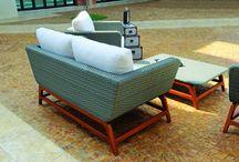 Linha Atajama / Completa, a linha Atajama é contemplada por sofá, poltrona e mesa de centro, em peças com design pra lá de arrojado. Seus elementos bem distintos são compostos por base em madeira torneada e bem reforçada. Já o estofado é envolvido por uma estrutura em fibra integral.