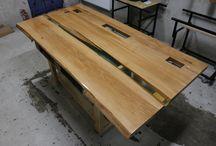 Drewno - realizacje / Zajmujemy się realizacją nieszablonowych zamówień, głównie z drewna. Cały etap produkcji mebla przebiega w naszym warsztacie. Do każdego oryginalnego i niepowtarzalnego projektu dodajemy Certyfikat Autentyczności. Dołączony jest do unikatowej sygnatury zatopionej pod powłoką żywiczną i świadczy o autentycznym wykonaniu, z produktów najwyższej klasy i co najważniejsze, że jest jedynym egzemplarzem.