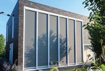 Windvaste Ritz screens van Verano / Deze windvaste screens, ritzscreen of zipscreen genoemd, beschermen u en uw huis perfect tegen opwarming, maar ze kunnen ook de wind weghouden uit uw overkapping, de ideale windvaste screen zonwering! #DecoZonwering