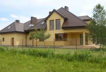 Projekt domu Rezydencja / Projekt domu Rezydencja to duża reprezentacyjna willa. Dom posiada rozbudowane funkcje, z pomieszczeniami gospodarczymi, rekreacyjnymi (jak pokój kąpielowy z sauną czy pokój telewizyjny) oraz z przestrzenią przeznaczoną na pracę w domu. Dom ma atrakcyjny wygląd - jego bryła przyciąga wzrok. We wnętrzu domu