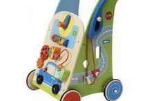 Activity Walkers / Activity Walkers zullen uw kind helpen bij het zetten van zijn eerste stapjes. Daarnaast stimuleren de speelactiviteiten de ontwikkeling van oog-hand coordinatie.  U vindt ze op www.houtenspeelgoedhuis.nl
