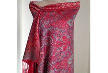 Pashmina brodé motif cachemire / Inspiration mode pour offrir et acheter un joli pashmina brodé indien d'Inde. Un pashmina cahemire ultra doux à à motifs Paisley. Echarpes, foulards, châles et étoles indiennes pour homme et femme en laine, en soie, en coton en laine cachemire ultra douce et chaude pour un hiver plein de douceur.