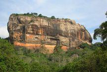 Sigiriya / Sigiriya est une merveille archéologique connue pour sa forteresse rocheuse qui date du Vème siècle avant J-C.