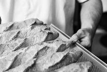 Werken volgens de oude ambacht, met de hand. / Wij bakken brood van eigen gemaakt deeg. Daarbij kiezen we voor zuivere grondstoffen, zonder toevoeging van hulpstoffen. We bereiden ons deeg met respect voor het oude ambacht en lange rijsprocessen met gebruik van desem. Ons brood is geïnspireerd op de franse traditie. Dit brood kent vele soorten, maar heeft één ding gemeen; het is altijd vers gebakken. Wij bakken – net als de Fransen – de hele dag door.