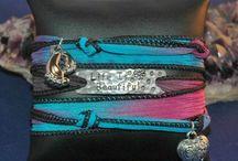 Silk wrap bracelets handmade / Ze zijn binnen, de prachtige handgemaakte wikkelarmbanden / silk wrap bracelets uit Amerika. Met koperen of aluminium plaatje met tekst. Past op iedere pols door simpelweg een knoopje toe te voegen of er af te halen. Diverse kleuren. Prachtig kado voor de feestdagen !!  € 24,95