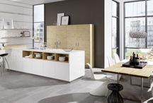 Nowoczesne kuchnie z otwartymi półkami / W modnych kuchniach jest coraz więcej otwartych przestrzeni. Nieprzysłonięte półki, regały czy panele ścienne są tego świetnym przykładem.