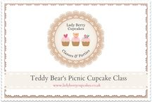 Teddy Bear Picnic Cupcakes / Adorable little teddy bears getting up to all kinds of things whilst enjoying their picnic. 12 x Cupcake Class.This class is one of our favourites and hard not to love. We will teach you how to make a variety of positioned teddy bears, how to support their structures and position them to create individual expressions. Along with a variety of picnic goodies, bugs, baskets, blankets and a warm cheeky suns