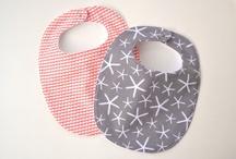 Couture accessoires bébé / fillette / Bavoirs originaux, bandeaux pour petites filles. Fleurs en tissus.