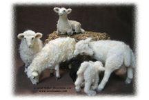Neulahuovutetut lampaat / Lampaiden malleja laidasta laitaan