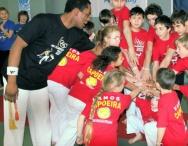 Cours Capoeira Enfant 4 ans 5, 6, 7 8 ans, 9 10ans 11 et 12ans a Paris / Vamos Capoeira Paris Sport Danse, Acrobatie et Jeux Gratuits.  La Capoeira est un sport, une danse un jeu ou l'enfant apprend le théâtre d'acrobaties du Brésil, une gymnastique qui éveille tout en musique. Une activité sportive épatante, nous proposons aussi des ateliers découverte pour des anniversaires et l'enfant reçoit un cadeau à la fin du spectacle. Pour les enfants de maternelle moyenne grande section, école élémentaire primaire de cp ce1 ce2 cm1 cm2 jusqu'au collège en 6eme et 5eme.