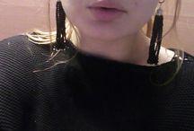 сотуар / Сотуар (от фр. «porter en sautoire» - носить через плечо) – украшение, представляющее собой длинную цепочку с крупными камнями.  Роль подвесок в сотуаре могут выполнять крупные стразы, бусины или же дорогие драгоценные камни. А длинная цепочка может быть искусно сплетенным из бисера шнуром или очень длинной ниткой жемчуга – все зависит от стиля и дизайна украшения.