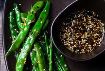 """Green Menü / Green Menü, Hafif bir öğün ya da sağlıklı beslenmenin temeli olarak gördüğünüz """"yeşil"""", GurmeFit'in eşsiz yorumuyla Green Menü'de beğeninize sunuluyor. Beslenme programınız için hazırlanmış seçkin sebze yemekleri, diyetinize ve damak zevkinize lezzet katıyor. Sağlıklı ve dengeli beslenme dendiğinde, ilk aklınıza gelen sebze yemekleri oluyorsa, enfes Green Menü tam da aradığınız şey! Green Menü'de seçtiğiniz her öğün, ortalama 350 - 400 kalori enerji vermektedir."""