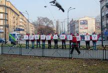 """Hines - kostki / Na trafficowych skrzyżowaniach w Krakowie nasi animatorzy promowali apartamenty NOVUM. Gdy kierowcy mieli czerwone światło, 11 animatorów wbiegało na przejście dla pieszych przeprowadzając animację przy użyciu nośników w kształcie kostki. Całemu wydarzeniu towarzyszył """"PAN DOMEK""""."""