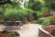 Taras w ogrodzie, zakątki ogrodowe z miejscem do siedzenia