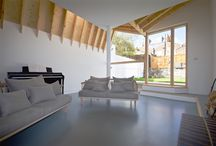 A non-confirmist butterfly returns to North London / A modern interpretation of the London Roof provides a new rear extension with a unique language. Internally the roof structure is expressed as exposed timber joist with a spruce plywood ceiling which adds a simple but natural warmth to the interior.