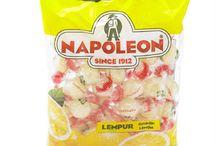 Bonbons Napoléon / Le Bonbon Napoléon est un petit bonbon belge au cœur acidulé aux différents gôuts (citron, framboise, coca, mélange de fruits) et en sucette, d'origine Anversoise www.chockies.net