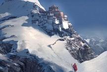 De Himalaya's, 'het huis van de Goden' / Een fascinerend landschap van imposante bergen en onaardse structuren. Van indrukwekkende stilte en schoonheid. De grootsheid van de Himalaya´s maken je klein en nederig, brengen je bij de bron van je bestaan. Werkelijk het 'Huis van de goden', bron van spiritualiteit.