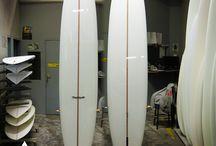 ADDICTION El Conquistador / 2 longboards plein de surprises ! vos noseride sont plus longs et son rail vous permet des trajectoires très engagées, ic en version T-band avec polish et V-stringer mat + logo metal flake. Taille: de 9'0'' à 9'6'' / Vague: de 50 cm à 1m50 / by UWL WORKSHOP