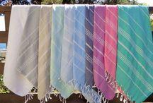 Tollas Peshtemal KMAI / Las toallas turcas o Peshtemal están elaboradas con fibras naturales de algodón, siguiendo la tradición ancestral del telar, lo que otorga resistencia y suavidad. Son antibacteriales e hipoalergénicas, livianas y muy absorbentes. Secan 5 veces más rápido que una toalla convencional y con cada lavado, se ponen más suaves. Se pueden usar para el baño y la playa.
