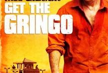 """Get the Gringo / Det har været en dårlig dag for Driver (Mel Gibson), og den ser ikke ud til at blive bedre. Planen gik ellers fint, og Driver var på vej væk med millioner, men det udviklede sig til en vild biljagt og et voldsomt styrt, og bilen endte akkurat på sydsiden af den mexicansk-amerikanske grænse. Driver sendes til det frygtede fængsel """"El Pueblito"""", hvor fremmede ikke plejer at overleve længe. Men så får han hjælp fra en person, som kender fængslet som sin egen bukselomme – en 10-årig dreng."""