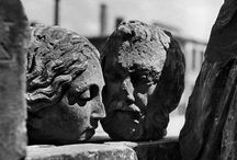 Werner Bischof / Ο φωτογράφος Werner Bischof γεννήθηκε στην Ελβετία το 1916. Θα λάβει διεθνή αναγνώριση μετά τη δημοσίευση των ρεπορτάζ του το 1945 σχετικά με τις καταστροφές που προκλήθηκαν από τον Δεύτερο Παγκόσμιο Πόλεμο.Αφιέρωσε μεγάλο μέρος της ζωής του καταγράφοντας σε φιλμ την παραδοσιακή κουλτούρα των λαών. Η φωτογραφία του βαθιά ανθρωπιστική αποστασιοποιείται από τα γεγονότα γύρω του και παίρνει τη δική της αλήθεια.