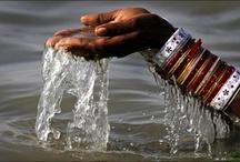 El río sagrado / El que desciende a un río desciende al Ganges. [...] ¿Qué río es éste por el cual corre el Ganges?  Borges
