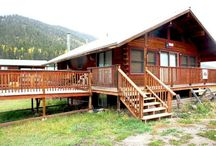 Sportsman's Lodge / It`s bigger than you think!!! Sit out on the deck and to see the amazing views.  Large 3 bedroom/2 bath Upper Valley cabin. Living room has a flat-screen TV/satellite, fireplace, charcoal BBQ grill, washer/dryer. Upstairs bedrooms both have queen beds with access to hall bath. Downstairs front bedroom has a queen bed with access to hall bath. 2 additional sleeping areas include a semi-private room with two twins while other sleeping area includes a queen bed, a set of twin bunk beds, a TV.