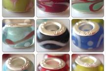 Smycken och smyckesdelar / Här finns saker för smyckestillverkning: Örhängen, läderremmar, pärlor etc