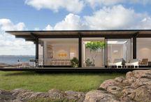 Skandinaviska Sommarvillor / Våra stilrena Skandinaviska Sommarvillor är skapade för kust och hav och ger utblickar i tre väderstreck. Husen ger ett bekvämt boende i närkontakt med naturen. Kollektionen Skandinaviska Sommarvillor är utformad av det nyskapande arkitektkontoret Kjellander+Sjöberg. De låga linjerna ger alla hus i kollektionen ett tydligt arkitektoniskt uttryck. Formen är modern, men ändå vilsam för ögat. Förenklad, men också genomtänkt i varje detalj.
