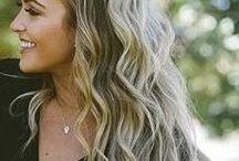 Włosy pozornie niedbale ułożone