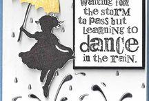 tyttö sateessa