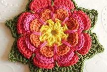 flor de croche com folhas