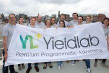 Maritimer Publisher-Lunch unter Segeln / Launch Yieldlab YRD / Am 08. Juli haben wir uns zur Feier unserer neuen Plattform Yieldlab YRD mit unseren Publisher-Partnern auf eine kleine Reise entlang der Elbe begeben.
