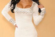 Bílé společenské šaty po kolena se zdobenými detaily