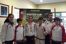Tek turnuva iki madalya /  Anabilim Spor Kulübü Tenis Şubesi, Türkiye Tenis Federasyonu tarafından düzenlenen 12 Yaş Haftasonu Klasman Turnuvası'nda, iki derece ile döndü. Taç Spor Tesisleri'nde 8-11 Mart tarihlerinde oynanan maçlarda rakiplerini geride bırakan sporcumuz Irmak Yetkin grup birincisi olurken erkeklerde sporcumuz Toygar Akdoğdu üçüncülük elde etti.