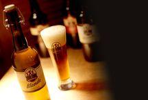 Packaging 3 brasseurs / http://fabiendespinoy.free.fr/pk-3brasseurs.html UNE APPROCHE TRADITIONNELLE POUR UNE ENSEIGNE RÉCENTE.  Contexte :  L'enseigne Les 3 Brasseurs date des années 80. C'est relativement peu pour mettre en avant l'aspect traditionnel de la fabrication de ses bières, surtout lorsque la concurrence regorge d'enseignes de plus de 100 ans. Toute la stratégie consiste donc à masquer cette jeunesse qui nuit à la crédibilité du produit.