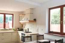 Okna drewniane - Piemont 78 / System okienny wyróżnia się solidną ramą o grubości aż 78 mm, dzięki której znacznie poprawiają się jej właściwości termoizolacyjne oraz akustyczne. Styl okna nadaje wnętrzu oraz budynkowi ciepły, przytulny wygląd. Ten uniwersalny wzór pasuje zarówno do zabudów tradycyjnych, jak i nowoczesnych.