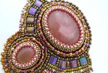 Cabochon Embroidery Brooch  / Level : Basic  Cabochon Emboirdery adalah teknik menyulam dengan payet pasir Jepang diatas batu. Teknik ini menyulap batu polos menjadi aksesoris bros yang unik dan menarik   Durasi belajar : 2 kali pertemuan @ (4 - 5 jam) Jumlah project : 2  Biaya : Rp 450.000  Biaya mencakupi : 1. 5 botol payet  ( 4 x 11o + 1 x 15o) 2. Alas payet / beading mat  3. 2 batu cabochon  4. Stiff stuff, suede 5. Peniti dan jarum  6. Benang sono