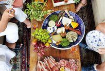 Receber com queijos e vinhos / Um bom queijo pede um bom vinho e vice-versa.
