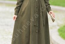 Boydan Düğmeli Nubuk Pardesü / ✈ Saat 16:30'a Kadar Olan Siparişleri AYNI GÜN KARGOYA Veriyoruz.  Özel kalın nubuk kumaşı ile kış için uygundur. Tüm düğmeleri aşağı kadar açılmaktadır. İster pardesü, ister ferace, ister elbise ister önü açık olarak kullanabileceğiniz size bir çok alternatif sunar. Cebi mevcuttur.  Elbise boyu : 139 cm
