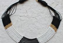 Accesorii lucrate manual; handmade accessories / Lucrate manual, accesoriile Znahor pornesc de la răsucirea cablului și a sârmei de modelaj. În parcursul creației, îmbinându-se și cu alte elemente se transformă constant. Ața cerată, șnurul și lâna colorată vin pe aceasta bază pe principiul războiului de țesut.