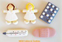 Pack enfermería  / Galletas de vainilla con formas de artículos de enfermería, con cobertura de fondant de varios colores y rotulador comestible. Más en www.memcakesandcookies.com