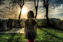 Változó világunk változásaink tükrében / Ismered az érzést, amikor egy olyan helyre látogatsz, ahol kisgyermekként jártál utoljára? Érdekes, hogy ilyenkor minden kisebbnek hat, mint ahogyan emlékeztél rá. Hasonlóan működik ez az egykori kihívásokkal kapcsolatban is, melyek visszatekintve olyan egyszerűnek tűnnek. Legyőzött félelmek, megugrott lécek, rég letudott megoldhatatlannak tűnő problémák sora jelzi, hogy minden tőled, a szemlélőtől függ.
