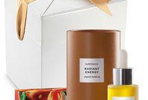 """Idées cadeaux pour Lui et Elle / Faites plaisir à vos proches avec notre sélection unique de cadeaux green, chics et tendances. Des idées cadeaux pour Elle comme pour Lui pour tous les budgets et toutes les carnations !  Vous souhaitez un cadeau personnalisé dans un superbe emballage ? Rien de plus simple. Choisissez vos produits, commandez, cochez la case """"paquet cadeau (5€)"""" lors de la validation de votre commande. Nous nous occupons du reste !"""