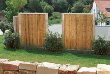 Bambussichtschutz / Zaun und Sichtschutz Elemente, sowie Tür und Tor aus Bambus im Edelstahl- oder Cortenstahl Ramen. Bambus ist ein nachhaltig nachwachsender Rohstoff bei robuster Haltbarkeit und im hochwertigen Rahmen und mit passenden Pfosten ein absolutes Highlight im Garten. Rahmen und Pfosten gefertigt in Deutschland. Erhältlich in unterschiedlichen Höhen und Längen und natürlich auf Maß.