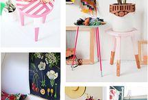 banquinho e mesa ,decorada com chita e crochê :