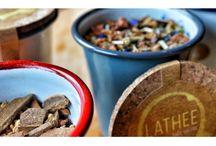 Lathee bewaarbeker / Lathee theecreaties worden verkocht in de Lathee bewaarbeker. Deze beker in email is een creatie van Falcon Enamelware. Email is niet alleen duurzaam en tijdloos van design, maar ook ideaal om thee te bewaren. De Lathee bewaarbeker is er in 4 kleuren en wordt geleverd met een kurken deksel.