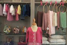 Nouvel espace pour les cadeaux de naissance ! / Des linges, des doudous, des hochets, des souliers mais aussi des vêtements tricotés ou cousus avec amour par nos soins.