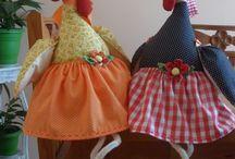 galinhas de chapeu e pernas de cordas